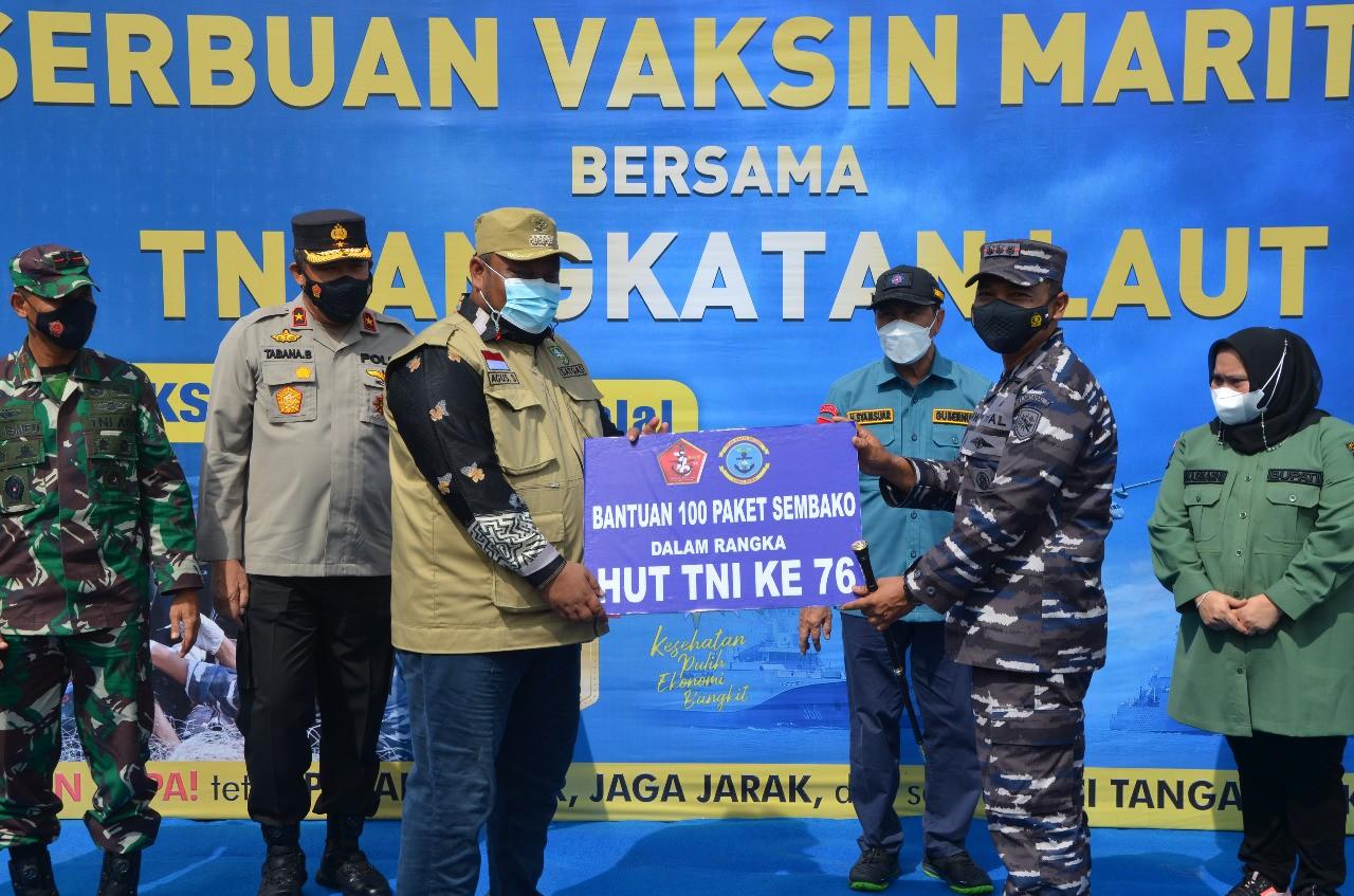"""Danposal Tembilahan Letda Laut (E) Ahmad Fuad \""""TNI AL, Laksanakan Vaksinasi Kepada 871 orang Masyarakat Pulau-Pulau Terluar di Provinsi Riau\"""""""