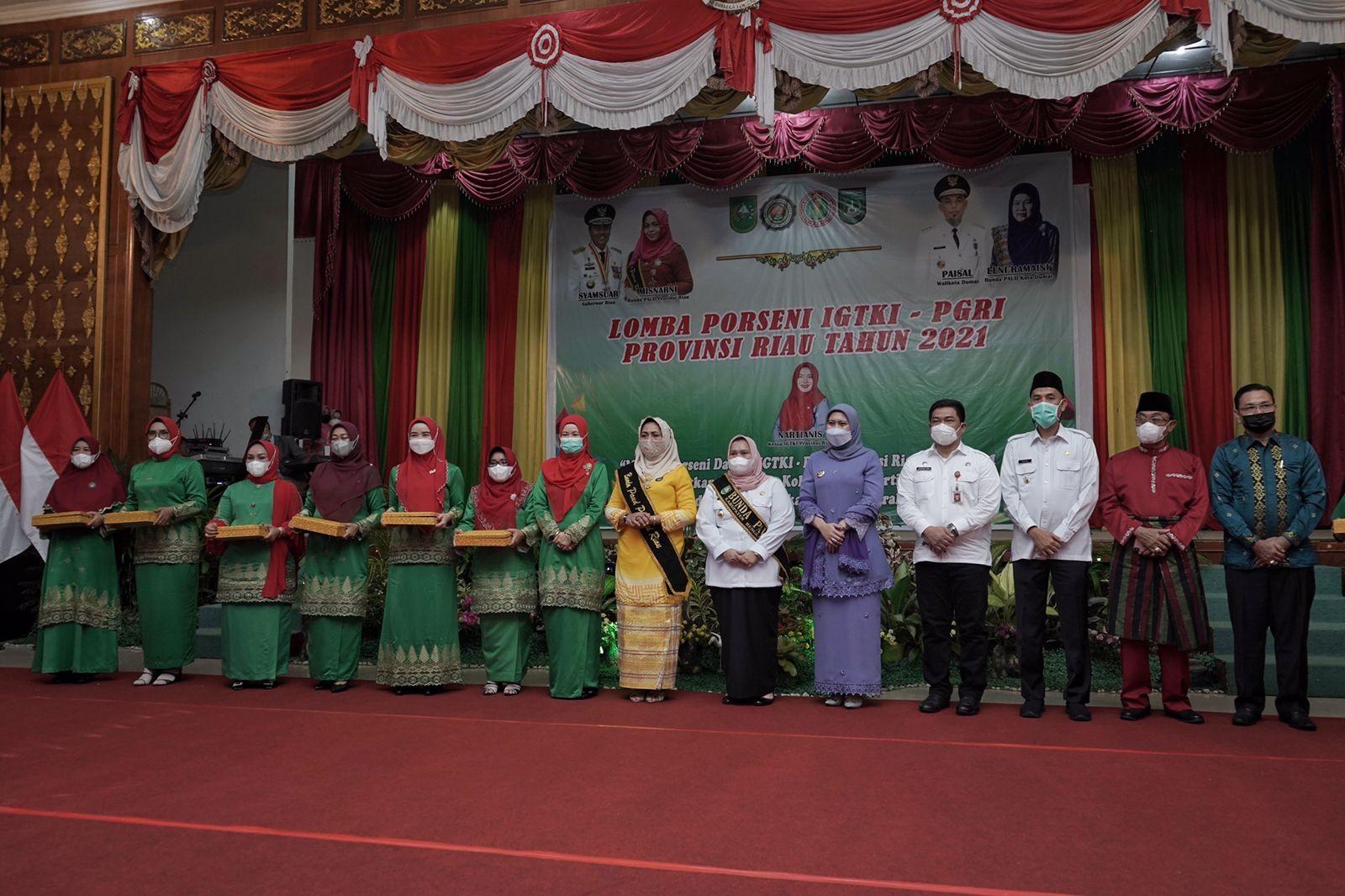 Bupati Inhil H.M.Wardan Bersama Bunda PAUD Hj.Zulaikhah Wardan Porseni IGKT Se-Provinsi Riau TH 2021