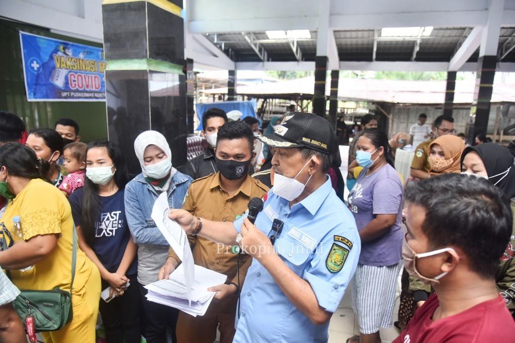 Vaksinasi Massal di Perbatasan Riau - Jambi, Wabup H.Syamsuddin Uti Serahkan Secara Lansung Sertifikat Vaksin Untuk Masyarakat