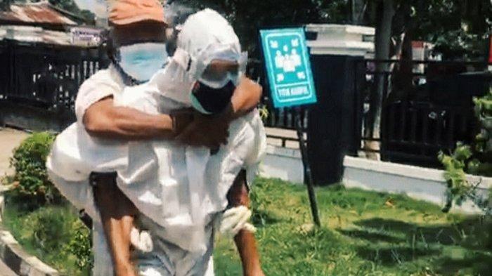 Bhabinkamtibnas Gendong Pasien Suspek yang Sesak Ke UGD RSUD Tembilahan